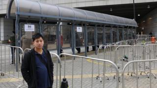 东涌居民刘永贤指,营办来往东涌和港珠澳大桥香港口岸的巴士公司架设铁马后,游客排队等候登车的秩序才见改善。
