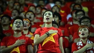 Vietnamese people singing the national anthem