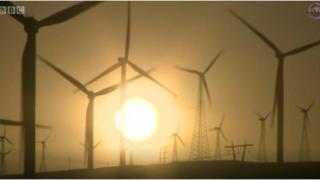 بعض دول العالم تولد الطاقة باستخدام الطاقة الشمسية وطاقة الرياح. وفي بعض الأيام يكون الطلب على الطاقة قليلا فيتولد فائض منها.