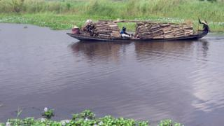 Une pirogue - archives