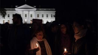 匹茲堡槍擊事件發生後,人們星期六晚在白宮外舉行燭光守夜活動