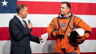 O gerente de projeto da Nasa, Dustin Gohmert, demonstrou o Sistema de Sobrevivência da Tripulação Orion
