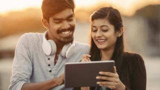 Jóvenes con tablet en India