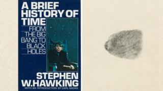 """หนังสือขายดีของศ. ฮอว์กิง """"ประวัติย่อของกาลเวลา"""" ที่มีลายนิ้วมือของเขาอยู่แทนลายเซ็น เป็นสิ่งหนึ่งที่ถูกนำออกประมูลในครั้งนี้"""