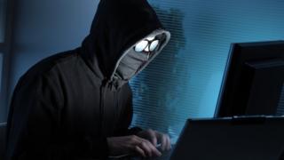 hacker frente a una computadora