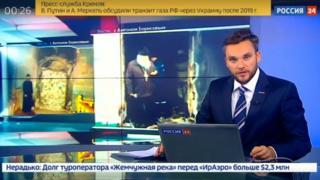 Ведущий новостей в студии российского ТВ