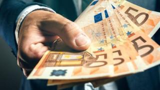 مدير بنك إيطالي يحول أكثر من مليون يورو من أرصدة الأغنياء للفقراء