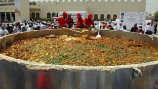 عمانيون يحضرون طبق الكبسة التقليدي