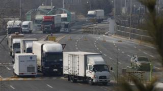 北朝鮮の開城工業団地から韓国に戻ってきた大型トラックの列(11日)