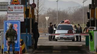 2016년 2월 11일 개성공단 폐쇄 결정으로 개성을 떠나는 차량