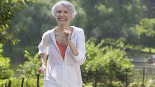 Yürüyen yaşlı kadın