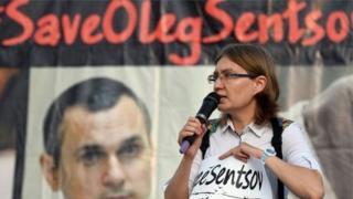 Сестра Олега Сенцова Наталія Каплан з банером на його підтримку