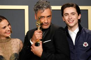 in_pictures Taika Waititi holds his Oscar