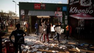 Dadka wax bililiqaystay ayaa ka qaatay alaabo fara badan dukaamo ay lahaayeen dad ajaanib ah oo kuyaal magaalooyinka Soweto, iyo Johannesburg, 29-kii August 2018.