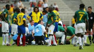 Umukinyi wa Cameroun Marc-Vivien Foe yapfuye aguye igihumura ku kibuga mu 2003 mu Bufaransa