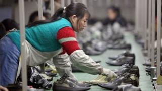 Pekerja di industri sepatu Cina.