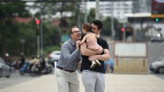 رجلان مثليان مع ابنتهما من أم بديلة