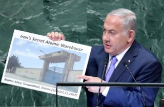 Benjamin Netanyahu hold picture of alleged secret Iranian nuclear warehouse (27/09/18)