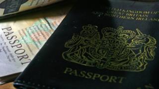 Hộ chiếu Anh dùng xanh màu lính thủy từ thập niên 1920