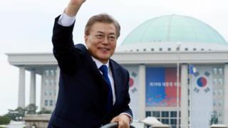 新任總統文在寅乘車離開韓國國會大樓時向群眾揮手(10/5/2017)