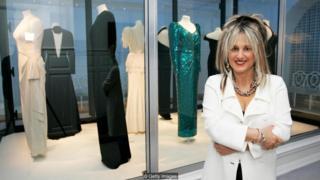 Elizabeth Emanuel pada pameran pakaian Putri Diana di Istana Kensington.