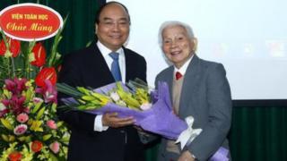Thủ tướng Nguyễn Xuân Phúc tặng hoa giáo sư Hoàng Tụy năm 2017