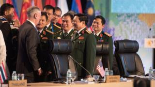 Bộ trưởng Quốc phòng Mỹ Việt gặp nhau bên lề Hội nghị Bộ trưởng Quốc phòng ASEAN mở rộng (ADMM-Plus) tại Manila, Philippines.