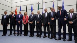 أرشيف: صورة جماعية لوزراء خارجية القوى العالمية الخمس ورئيس منظمة الطاقة الذرية في إيران علي أكبر صالحي في مبنى الأمم المتحدة 14 يوليو/تموز 2015