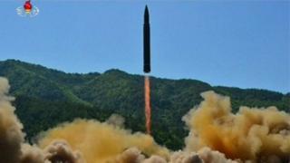 สถานีโทรทัศน์ทางการของเกาหลีเหนือเผยแพร่ภาพที่อ้างว่าเป็นการปล่อยขีปนาวุธข้ามทวีป (ICBM)