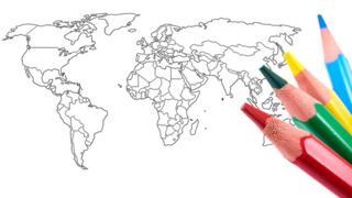 Croquis de mapamundi y cuatro lápices de colores