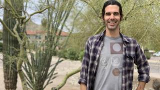 Scott Warren posta para foto, sorrindo, em área com características desérticas