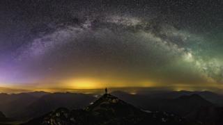 Gareth Mon, Snowdonia Ulusal Parkı'nda çektiği bu gökyüzü fotoğrafıyla ikinci oldu. Fotoğrafı çekebilmek için 35 kilo ekipman taşıması gerekti