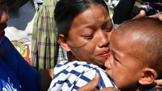 madre abraza a su hijo desaparecido en el tsunami.