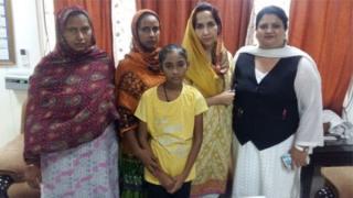 حنا اپنی والدہ اور خالہ کے ہمراہ