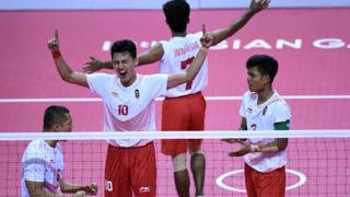 Tim sepak takraw Indonesia merayakan emas pertama mereka lewat kemenangan di nomor Quadrant -yang merupakan emas ke31 bagi Indonesia di Asian Games 2018 ini.