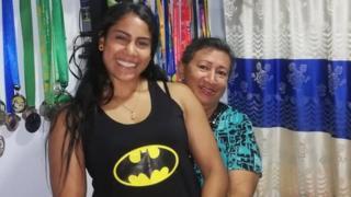 Isabel Romero con su madre