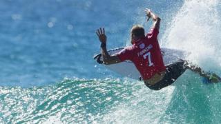 Surfista na crista da onda