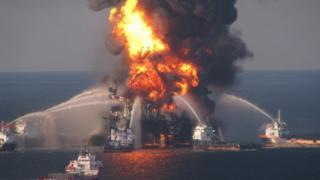 Equipes tentam apagar incêndio na plataforma Deepwater Horizon em 2010