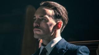 """سام كلافلين في دور السير أوزولد موسلي في فيلم الأقنعة الهزيلة """" Peaky Blinders """"."""