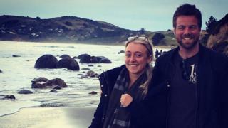 Lauren Jenkins gyda'r cyflwynydd Ross Harries yn Seland Newydd fel rhan o dîm BBC Cymru