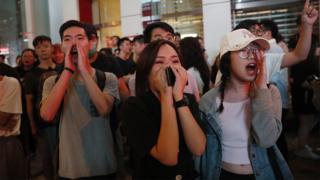 香港九龍旺角路人叫罵馬路上之防暴警察(17/8/2019)