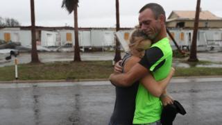 Una pareja se abraza en Rockport tras el paso del huracán Harvey.