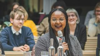 Une jeune femme originaire du Mali vice-présidente d'un parlement en Allemagne