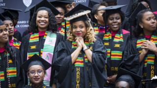 Студентки Гарварда на первой в истории специальной церемонии для чернокожих выпускников в 2017 году