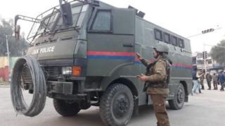 जम्मू आणि काश्मीर पोलिसांचे वाहन