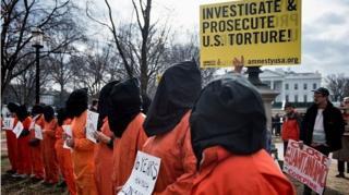 คนใส่ชุดนักโทษสีส้ม ประท้วงขอให้ปิดกวนตานาโม
