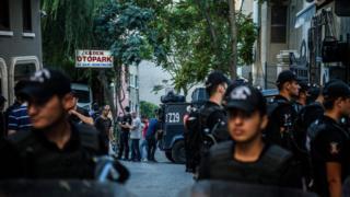 Özgür Gündem gazetesinin önündeki polisler