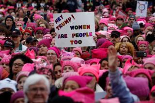 """Символ """"Жіночого шапку"""" - в'язана рожева шапка"""