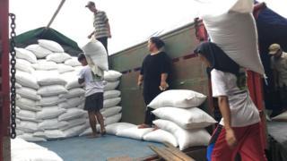 Aktivitas perdagangan beras di pasar induk beras Cipinang berjalan seperti biasa