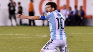 Лионель Месси во время матча сборной Аргентины